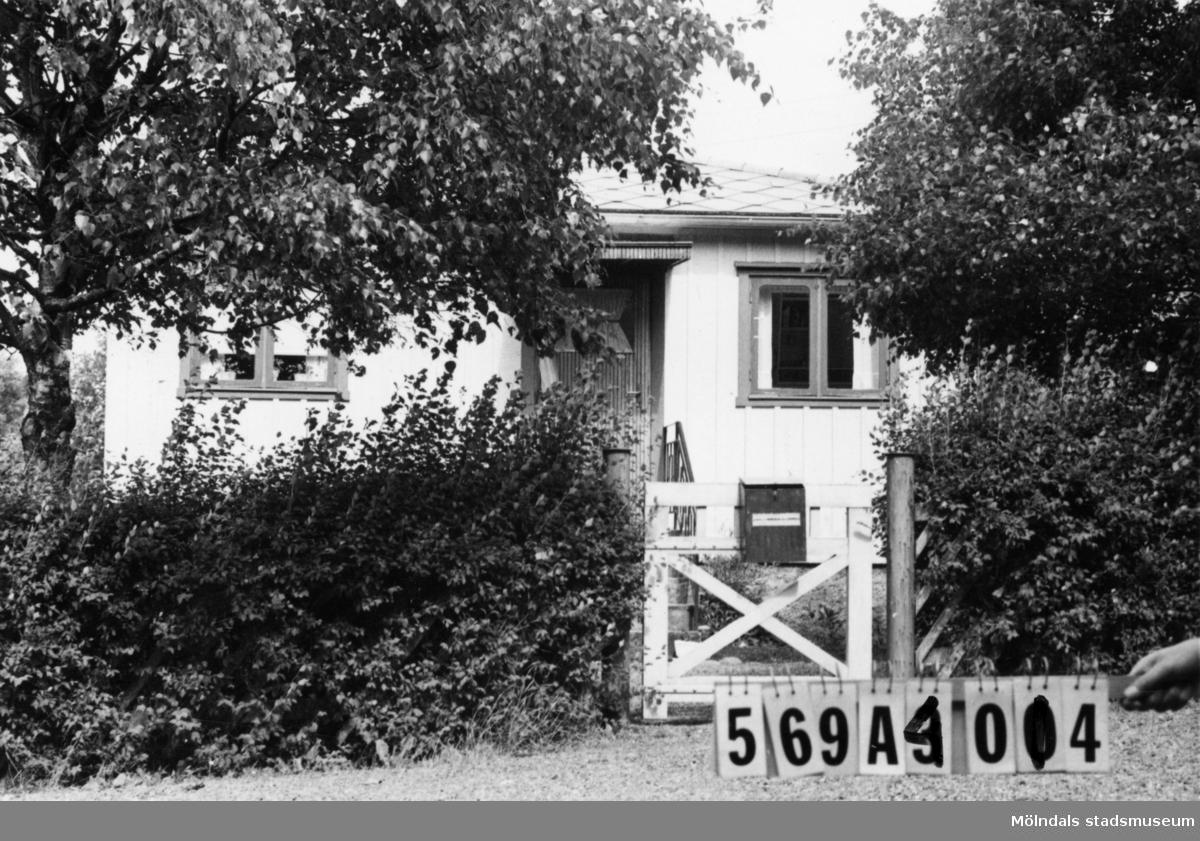 Byggnadsinventering i Lindome 1968. Skäggered 4:6. Hus nr: 569A4014. Benämning: fritidshus och redskapsbod. Kvalitet: god. Material: trä. Tillfartsväg: framkomlig.
