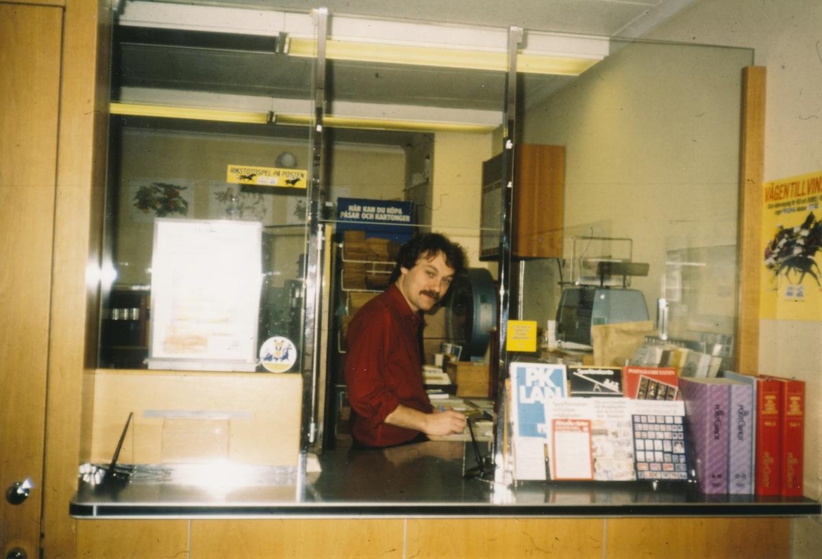 Postmästare Walter Daag vid postexpeditionen, Postkontoret Lekeryd, slutet av 1970-talet.