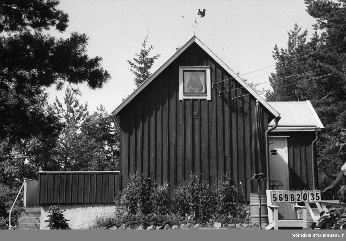 Byggnadsinventering i Lindome 1968. Gastorp (1:6). Hus nr: 569B2035. Benämning: fritidshus och redskapsbod. Kvalitet: god. Material: trä. Tillfartsväg: framkomlig.