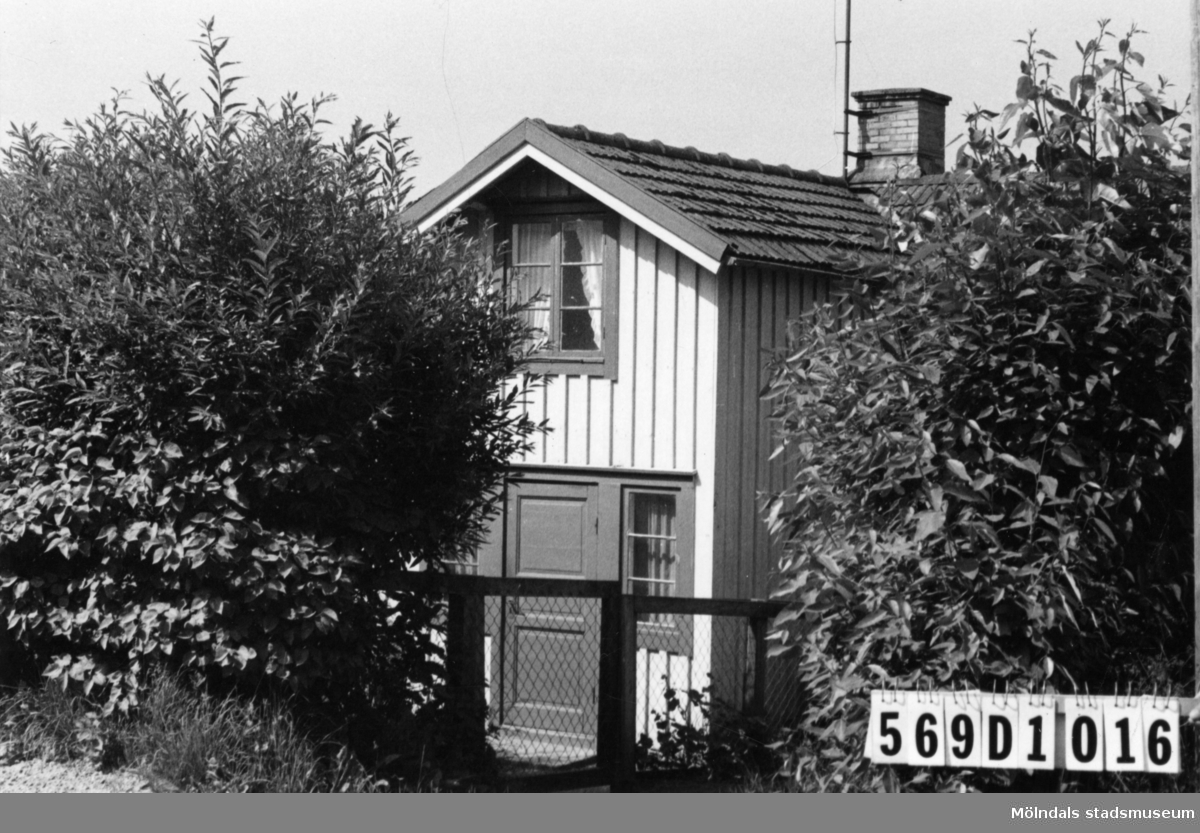 Byggnadsinventering i Lindome 1968. Gårda 2:20. Hus nr: 569D1016. Benämning: permanent bostad. Kvalitet: mindre god. Material: trä. Övrigt: dolt bakom en häck. Tillfartsväg: framkomlig. Renhållning: ej soptömning.