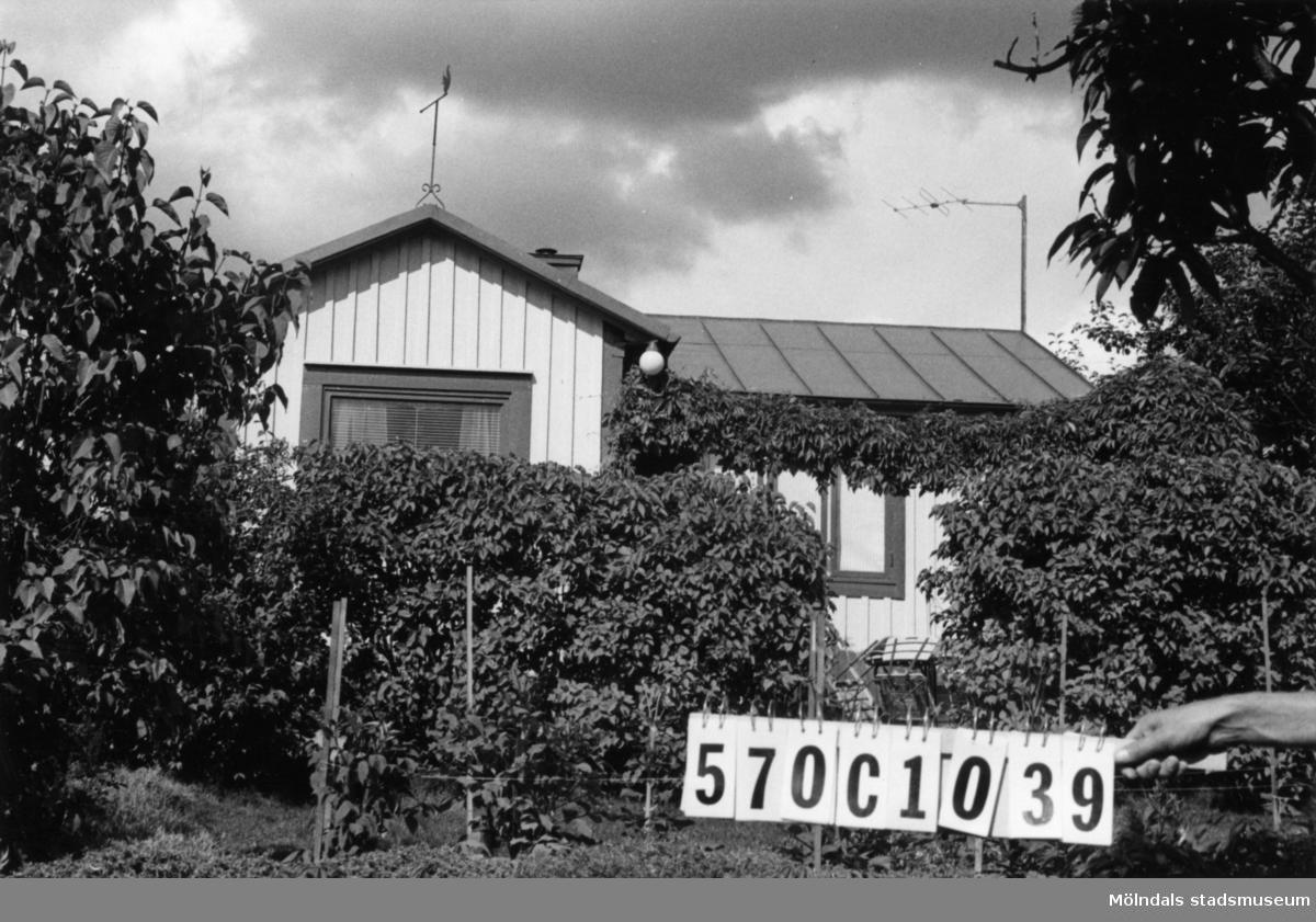 Byggnadsinventering i Lindome 1968. Dvärred 2:58. Hus nr: 570C1039. Benämning: fritidshus och redskapsbod. Kvalitet: god. Material: trä. Tillfartsväg: framkomlig. Renhållning: soptömning.