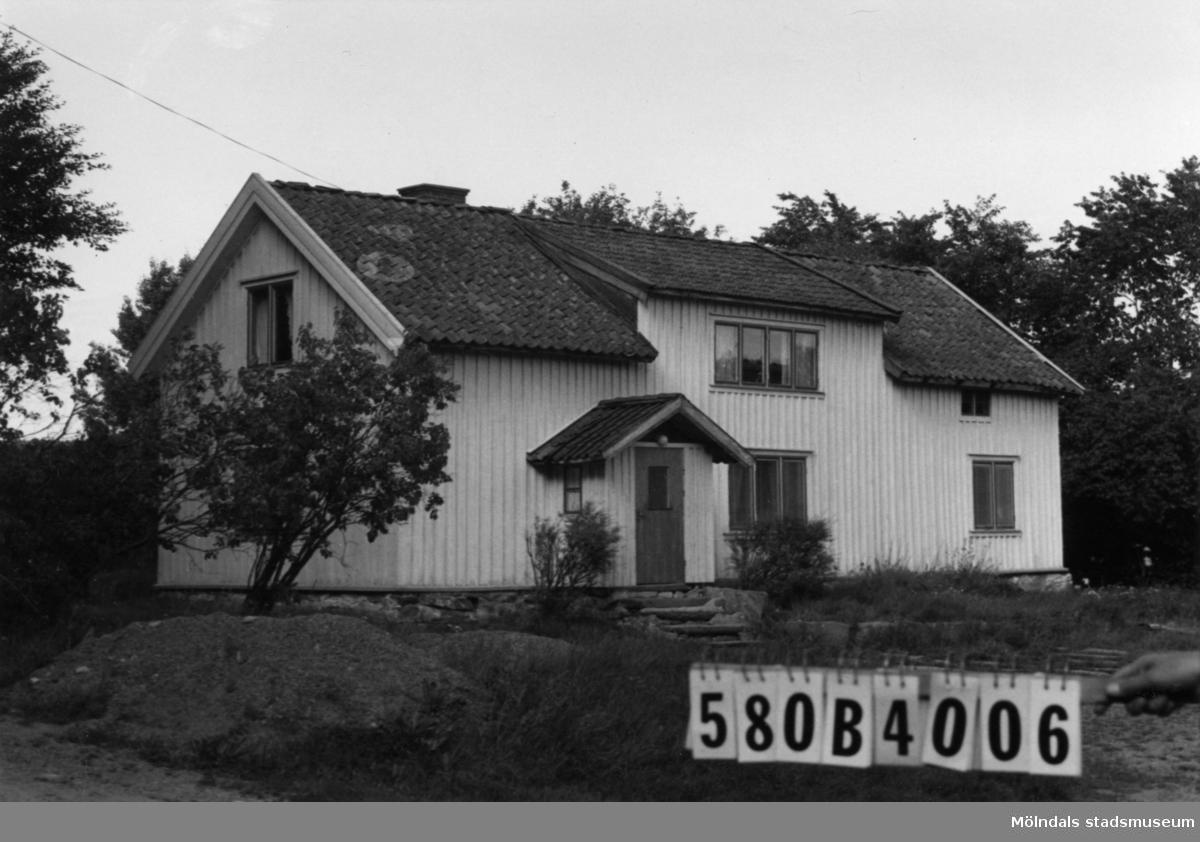 Byggnadsinventering i Lindome 1968. Knipered 1:4. Hus nr: 580B4006. Benämning: permanent bostad och ladugård. Kvalitet, bostadshus: god. Kvalitet, ladugård: mindre god. Material: trä. Övrigt: lite skräpigt. Tillfartsväg: framkomlig.