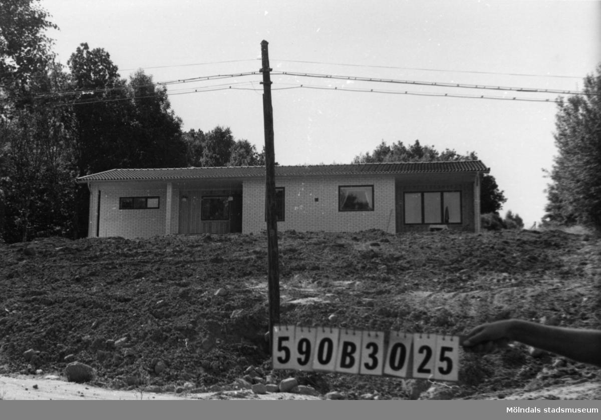 Byggnadsinventering i Lindome 1968. Gårda 1:20. Hus nr: 590B3025. Finns ej på kartan. Benämning: permanent bostad. Kvalitet: mycket god. Material: kalksand och trä. Tillfartsväg: framkomlig. Renhållning: soptömning.