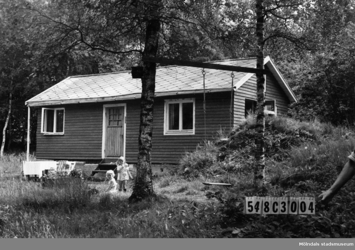 Byggnadsinventering i Lindome 1968. Hällesås 1:32. Hus nr: 548C3004. Benämning: fritidshus och redskapsbod. Kvalitet, bostadshus: god. Kvalitet, redskapsbod: mindre god. Material: trä. Tillfartsväg: framkomlig. Renhållning: soptömning.