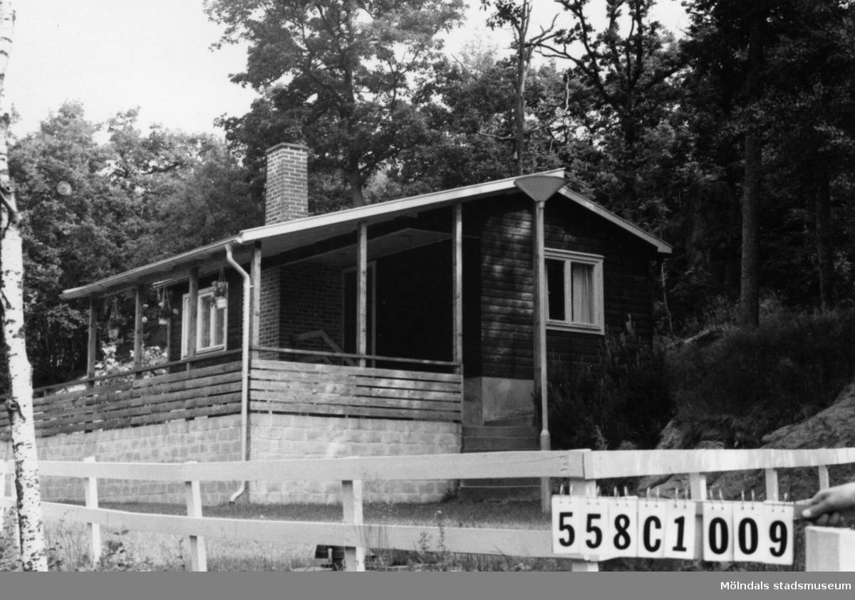 Byggnadsinventering i Lindome 1968. Långås 1:31. Hus nr: 558C1009. Benämning: fritidshus. Kvalitet: mycket god. Material: rött tegel, trä. Övrigt: hög, murad sockel. Tillfartsväg: framkomlig.