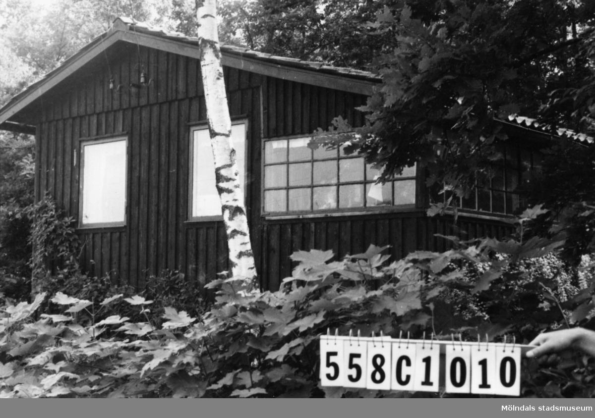Byggnadsinventering i Lindome 1968. Långås 1:35. Hus nr: 558C1010. Benämning: fritidshus och redskapsbod. Kvalitet: mindre god. Material: trä. Övrigt: många oordnade prylar på tomten. Tillfartsväg: framkomlig.