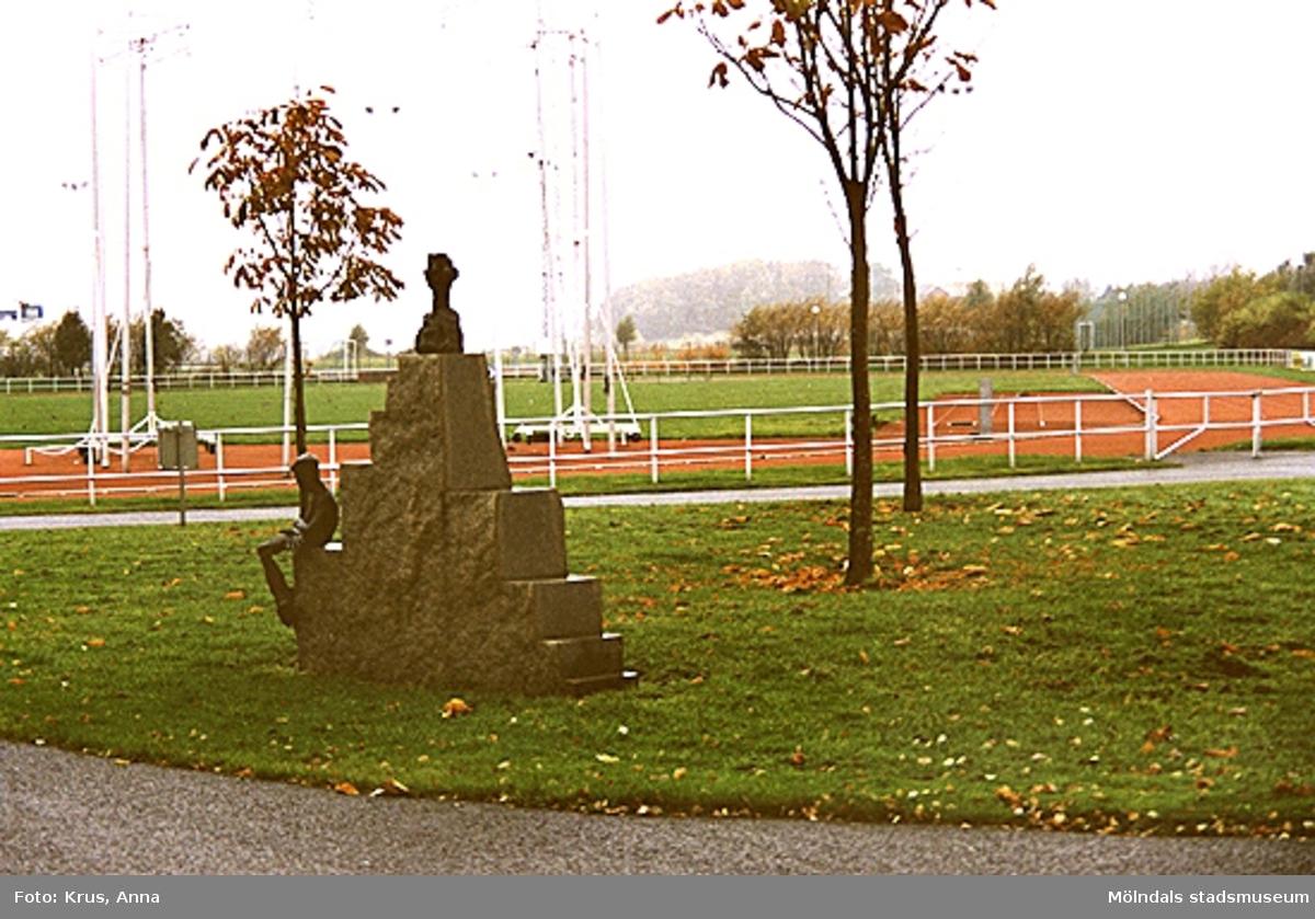 Idrottsvägen: Skulptur på gräsmattan. Fässberg.