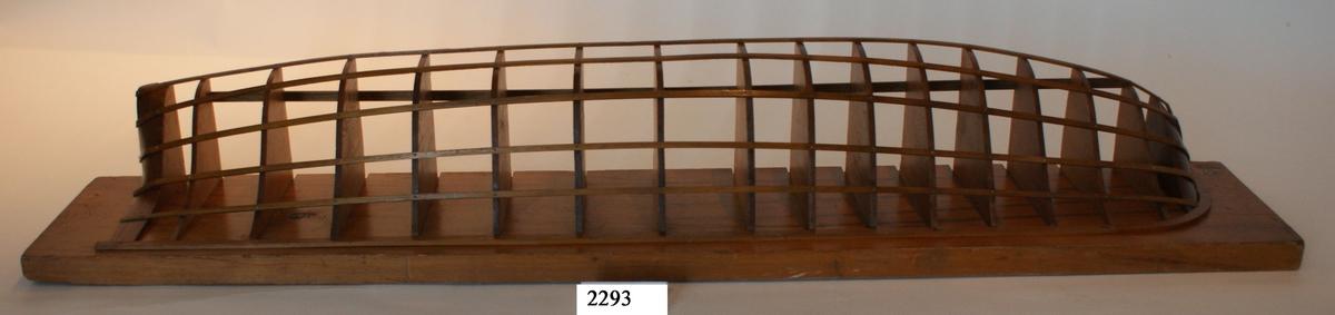 Halvmodell, s.k. gavelmodell, av större segelfartyg troligen från slutet av 1700- eller 1800-talet, med akterspegel, utan galjon och utan angivande av däck, men med uppbyggda stävar och köl. Modellens för- och akter utförda av massivt trä och däremellan är fastsatt 15 träskivor, sk. gavlar, som utmärker skrovformen. Gavlarna är fixerade med ribbor. För, akter och gavlar fastsatta på en träplatta. Allt fernissat.