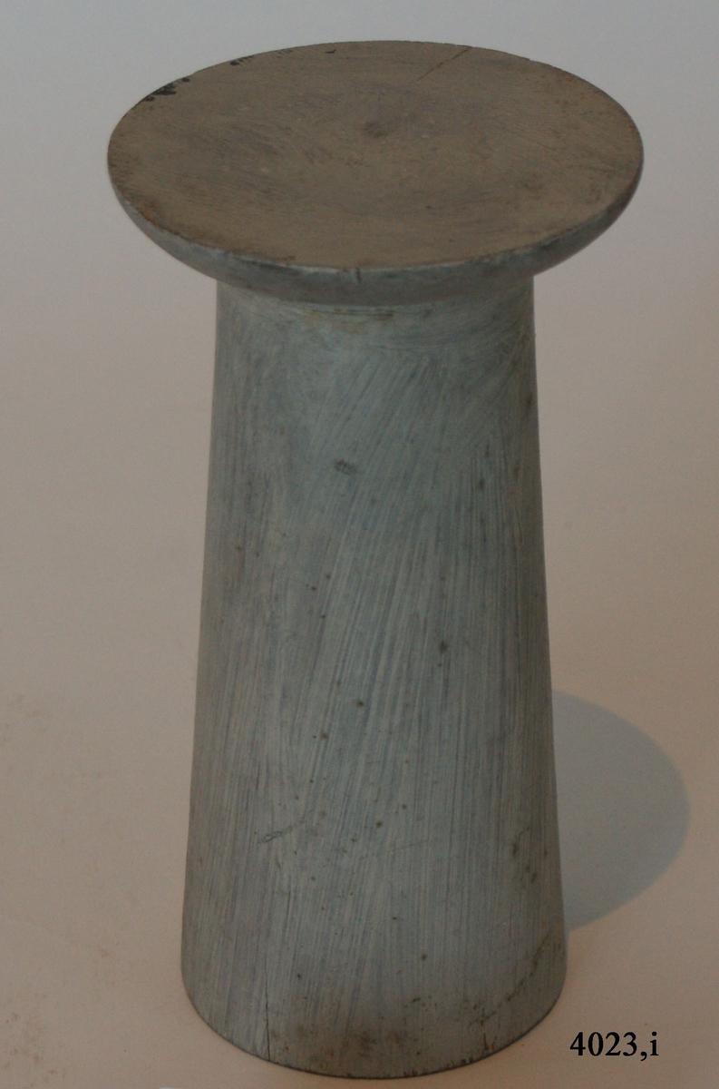 Pelare, eller kolonner, släta och räfflade (7 st halvkolonner, räfflade). 20 st. modeller av trä, avsedda som fasadprydnader. Pelarna är räfflade med halvcirkelformig basyta. De är vitmålade. Kapitälen är av närmast dorisk stil. Pelarna utgör modeller till gavelkonstruktion för nya inventariekammaren på varvet 1785-87. De sammanhängs troligen med en serie av gavelmodeller och pelare, som finns i kistan i sal 1 och vid norra delen av väggen i samma sal. (K 2244)  Kolonn, utan kannelering, med kapitäl, målad i gråvitt.