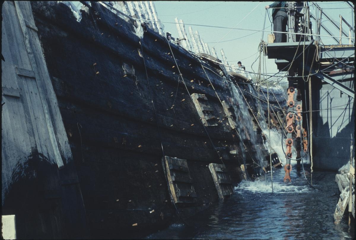 Fartyg: VASA                            Byggår: 1626-1628 Övrigt: Vasas styrbordsida, här hängandes mellan bärgningspontonerna Oden och Frigg.