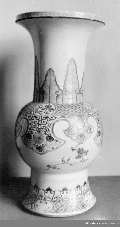 Porslinsvas med dekormålning. Gunnebo slott, 1930-tal.