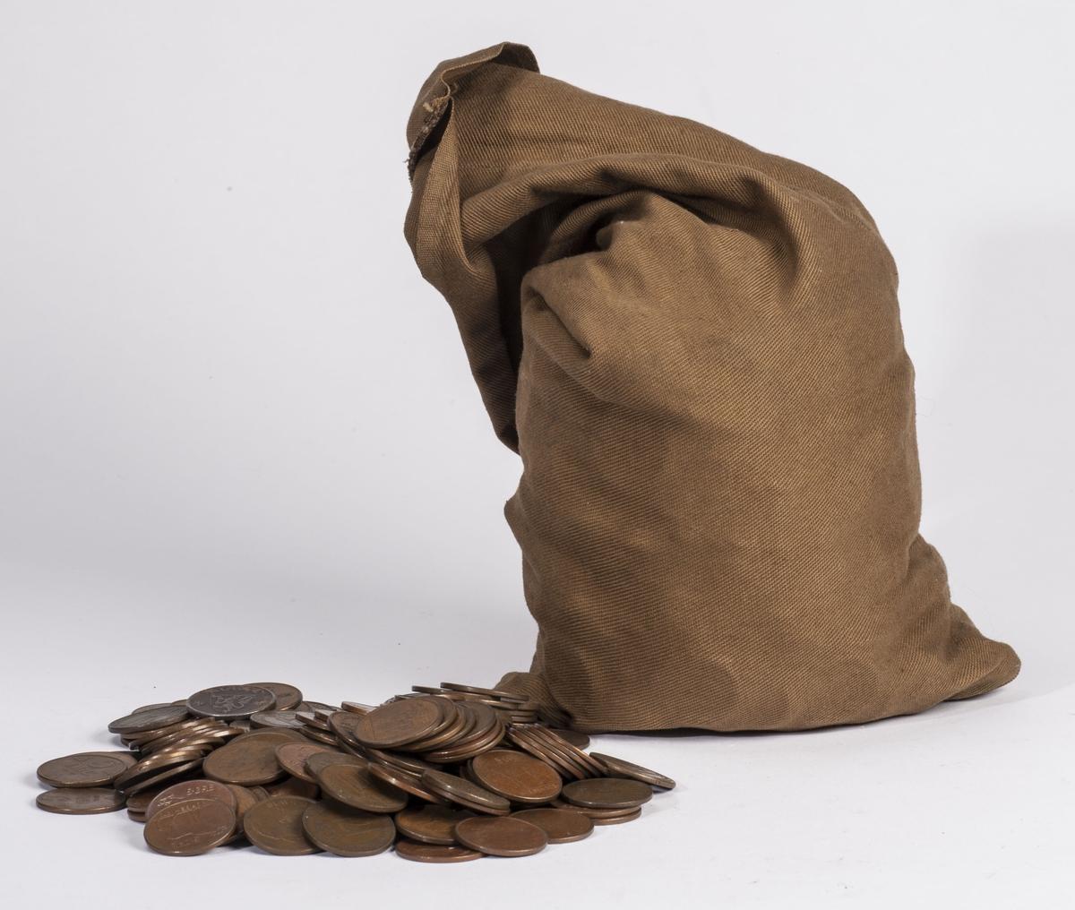 Avlang tøypose som inneholder 919 mynter.