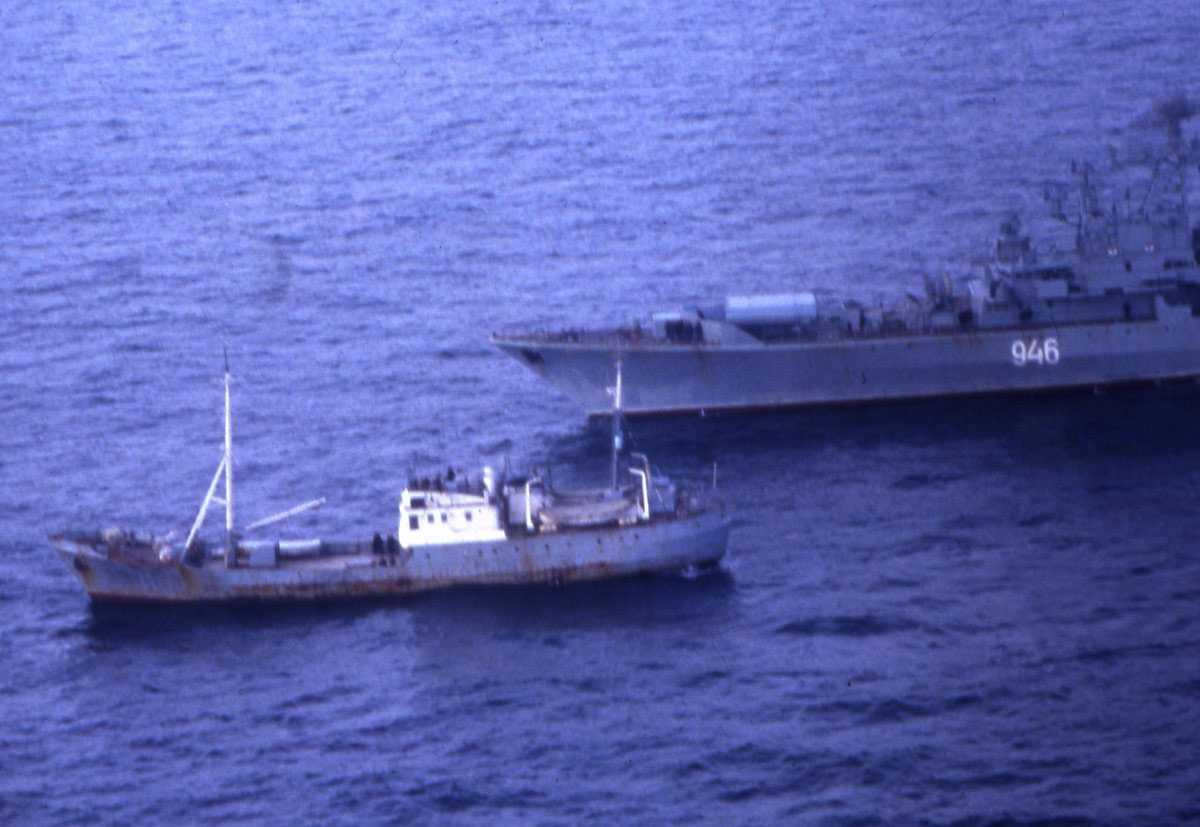Russisk fartøy av Krivak - klassen med nr. 946 og et russisk fartøy av Okean - klassen (nærmest).
