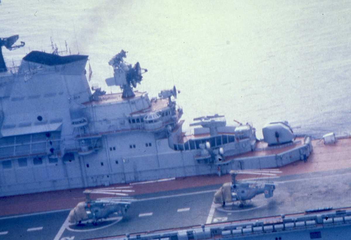 Russisk hangarskip av Kiev - klassen med 2 stk helikoptere på flydekket.