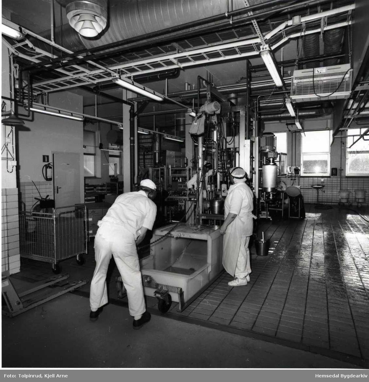Hemsedal meieri vart nedlagt 21. juli 2001. Ismet Konjic, nærast kamera, og Anne Marie Ulviksbakken førebur overføring av ost.