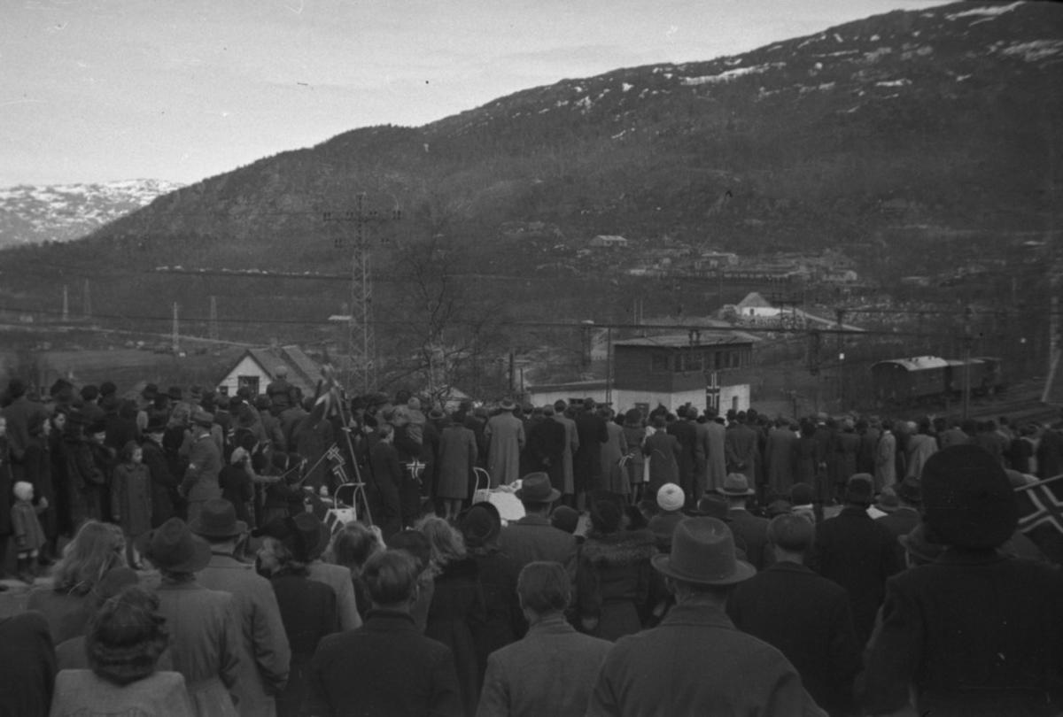 Folkemengde oppsamlet ved Narvik Jernbanestasjon. 8. mai 1945