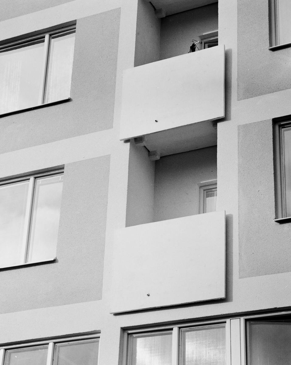 Pensionärshem i Enskede Exteriör, höghus, fasaddetalj med balkong