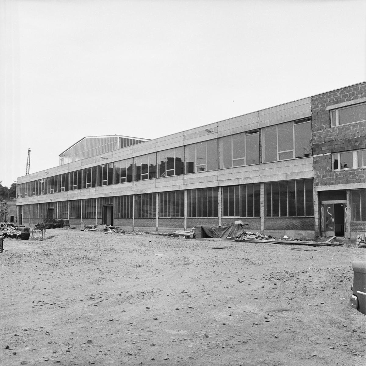 Övrigt: Fotodatum:9/7 1963. Nya plåtverkstan ext o int i samband med företagsnämndens möte. Byggnader och Kranar. Närmast identisk bild: V24262, ej skannad