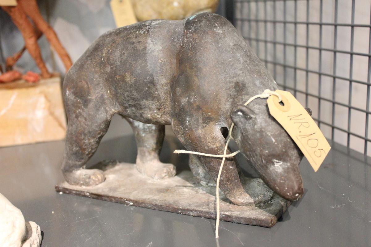 """Skulptur av en bjørn i bronse. Tittel: BJØRN"""". Se også nr.146 i gips."""