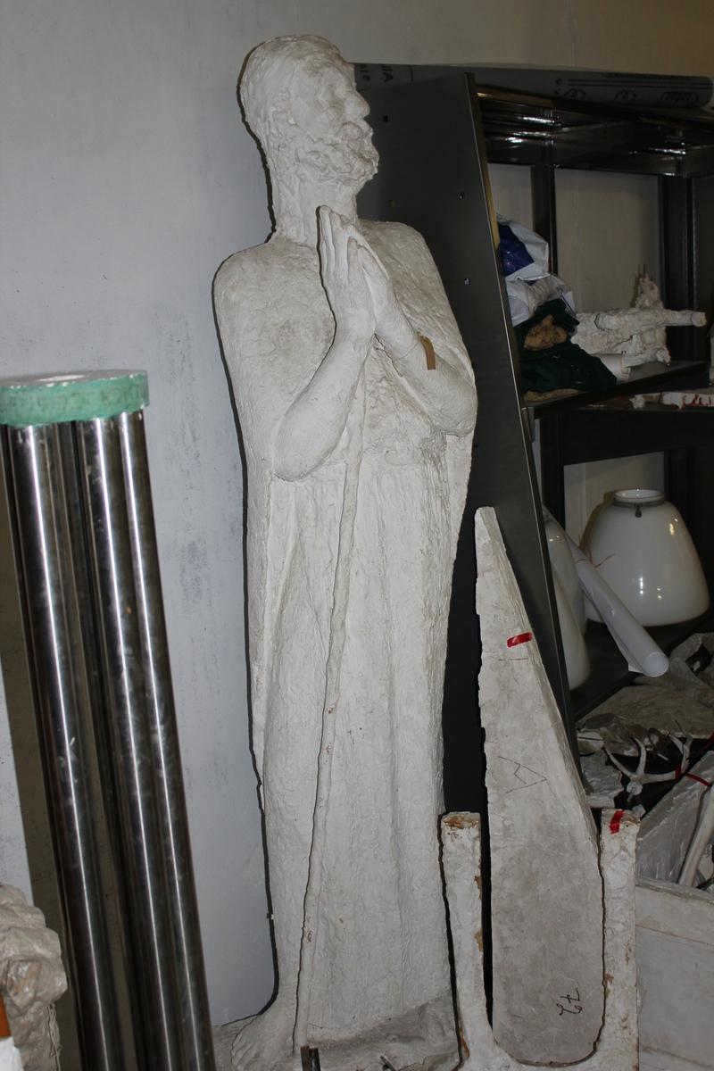"""Skulptur i gips av en mann i kjortel med stokk. Tittel """"Emmausvandrerne"""". Se også nr.261 og nr.263"""