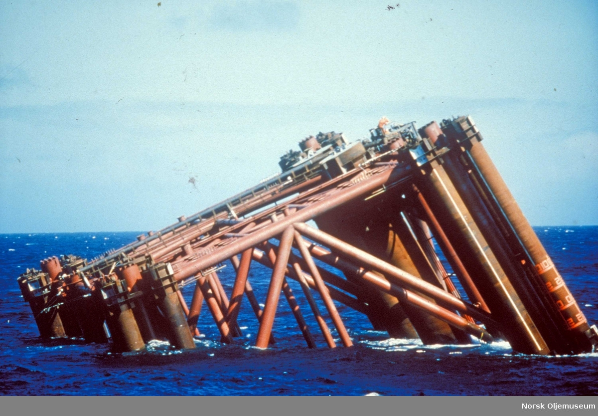 Installasjon av stålunderstellet til DP2 på Friggfeltet 1977