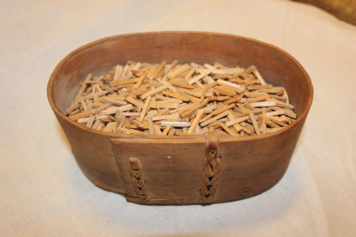 Oval eske med skopinner. Skopinnene blei brukt til å feste sålen til skoen.