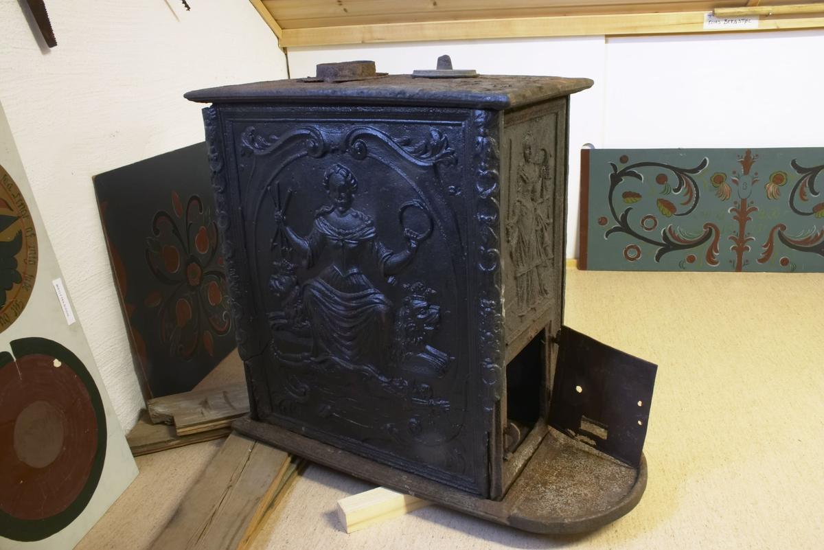 Ovnen er laget ved Baasseland Væerc?? 1734 og er svært sjelden. Baaseland jernverk var forløperen til Nes jernværk. Det har vært en artikkel i Lindesnes avis om ovnen.