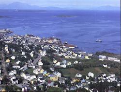 Flyfoto av Seljestad, med byen i bakgrunnen.