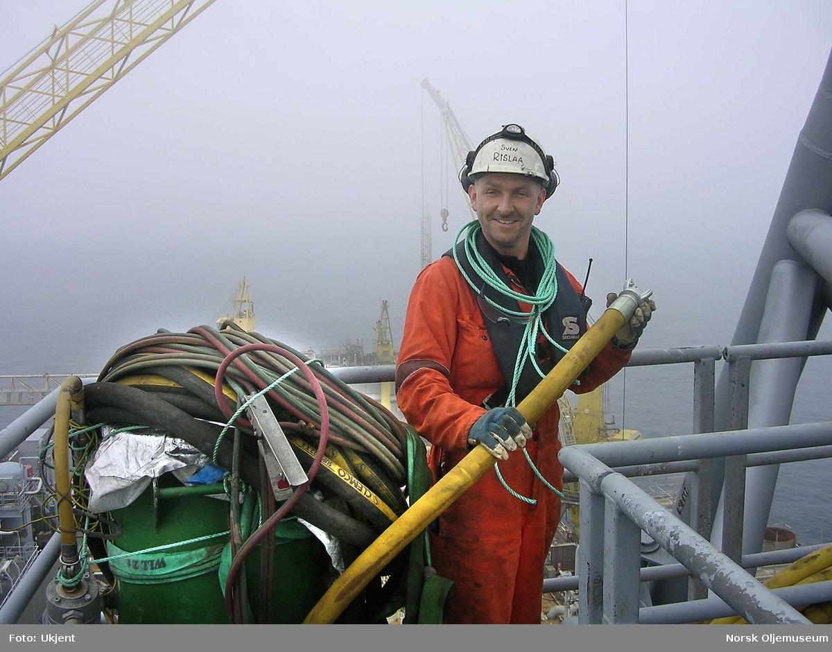 Sven Rislaa i sving med vedlikehold på flammebommen på TCP2.