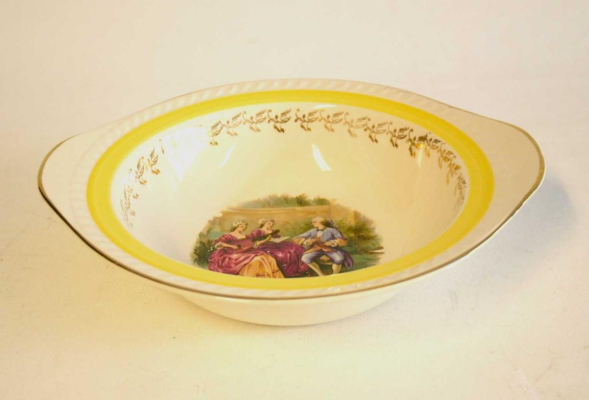"""Skål med ovalforma kant - forgylldt dekor - """"rokokkodekor"""" i botn av skåla i form av 3 personar"""