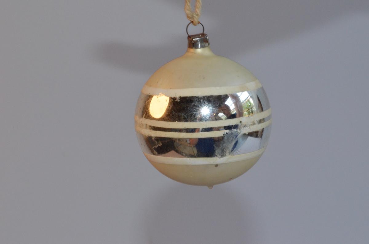 Julekule i sølv med kvite striper.