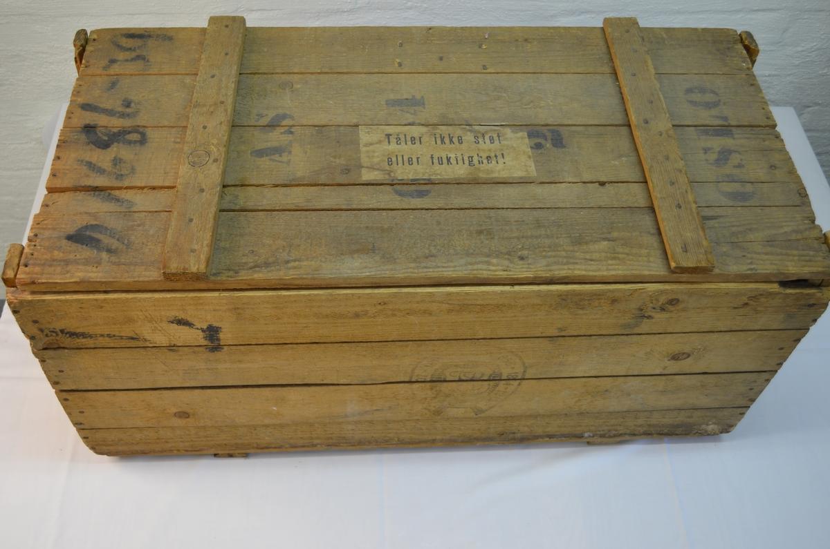 Stor trekasse enkelt sett saman med spiker. Stempel i front og på sidene. Var opphaveleg lasta med papir men har seinare blitt nytta til å oppbevare boktrykkarutstyr.