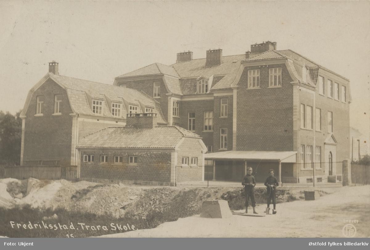 Trara skole i Fredrikstad, eksteriør, bildet er tatt fra Glemmengata. To gutter står på gatens ene side. Postkort 1911.
