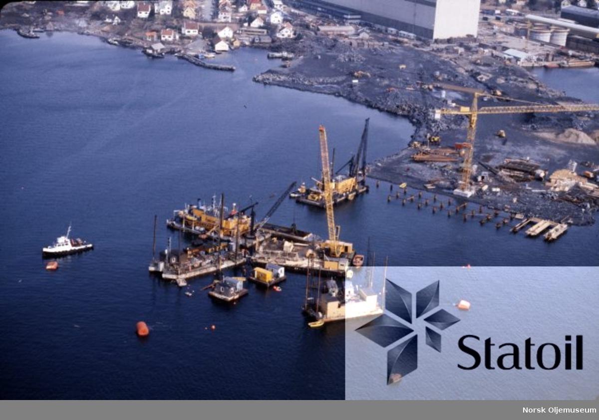 Ståldekket til Statfjord B skal bygges ved Moss Rosenberg Verft i Stavanger, og her er forberedende arbeider i gang med pæling og oppføring av kaianlegget som skal gjøre byggingen mulig.