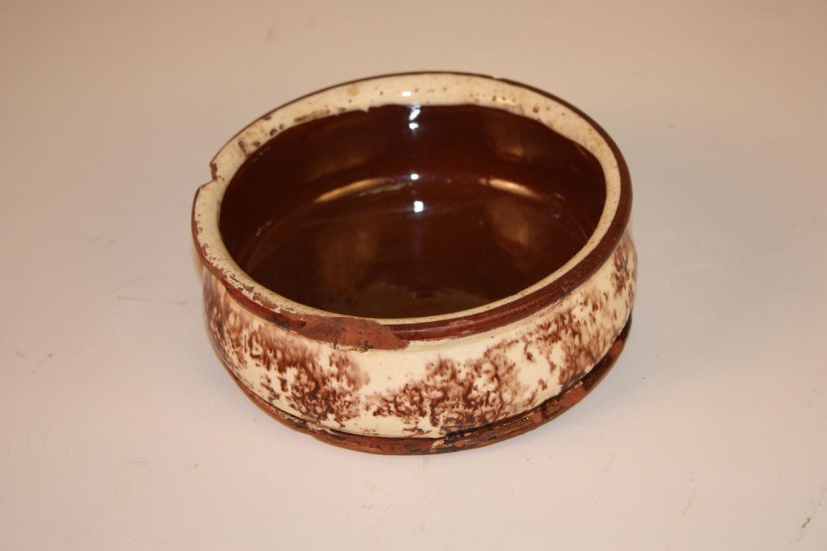 Rund spyttebakke med flat botn og utkraga munning