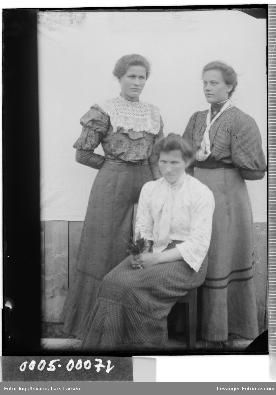 Gruppebilde av tre kvinne.