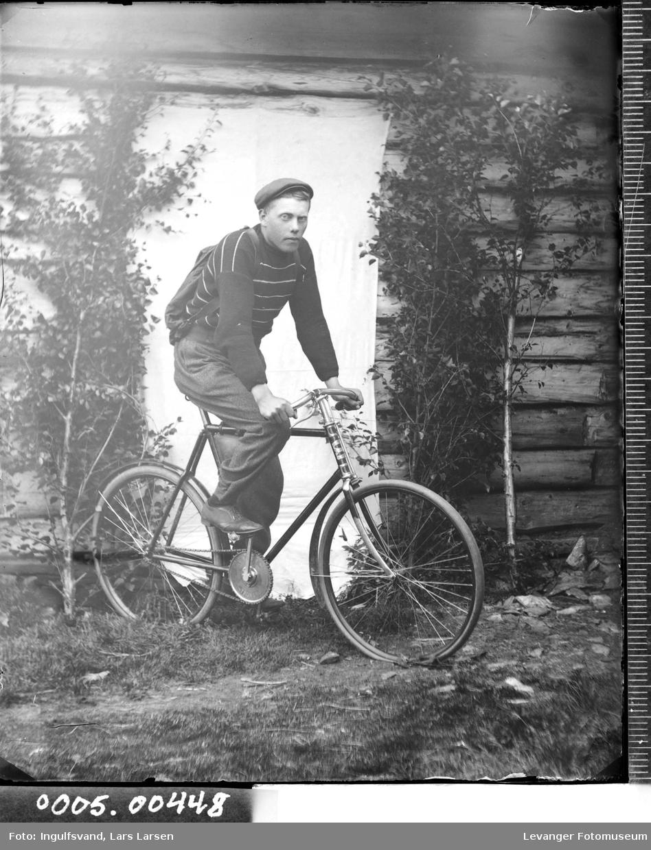Portrett av en ung mann med ryggsekk på sykkel.