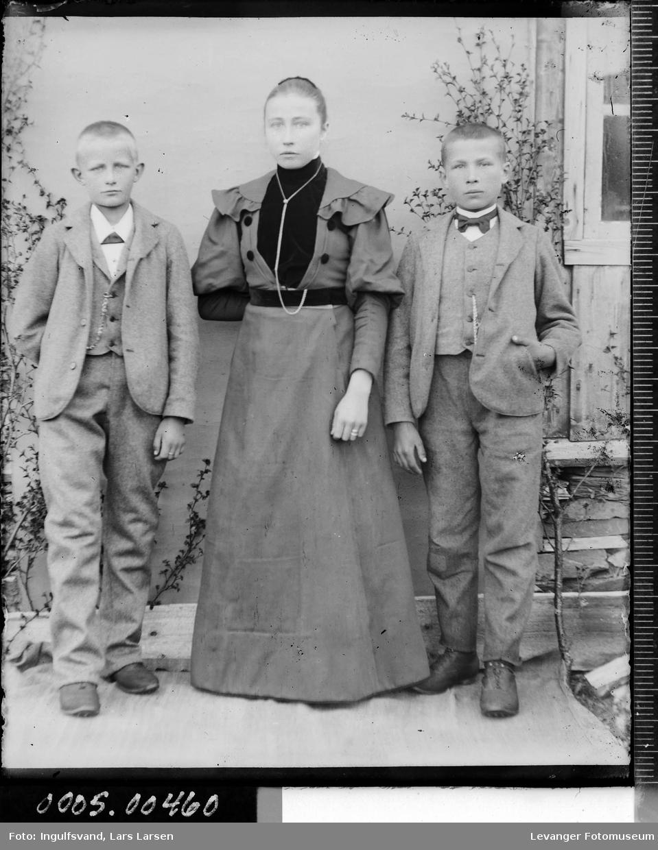 Gruppebilde av en ung kvinner og to gutter.