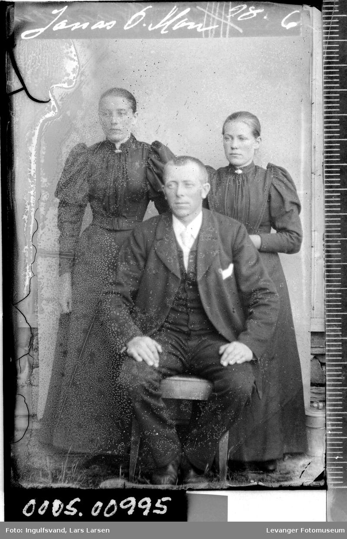 Portrett av en mann og to kvinner.