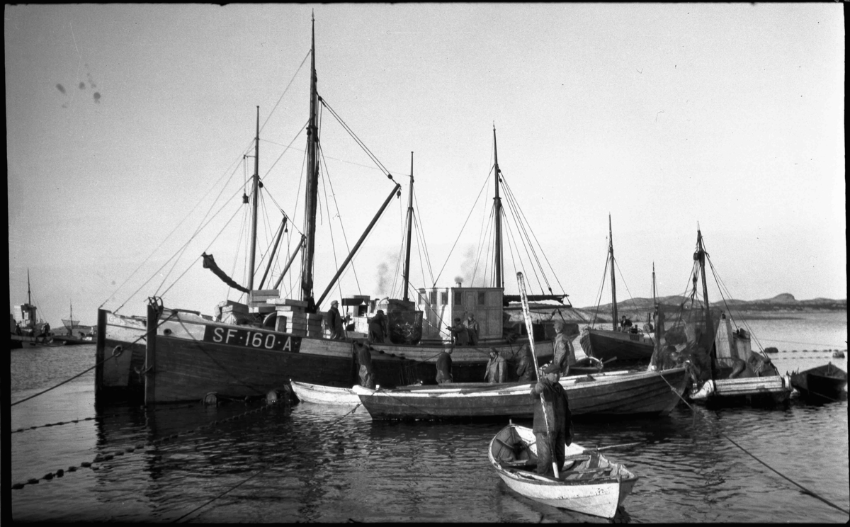 Sildesteng i Bulandet. SF 160 A Mk Fedøy på vintersildfiske med drivgarn i Frøysjøen, Bulandet. Fedøy var bygd i 1927, ein 56 fot lang hardangerkutter eigd av Thomas Fedøy m. fl, Bulandet. Den var den første havgåande kutter i Bulandet som dreiv håbrandfiske. Den vart seinare ombygd til 70 fot.