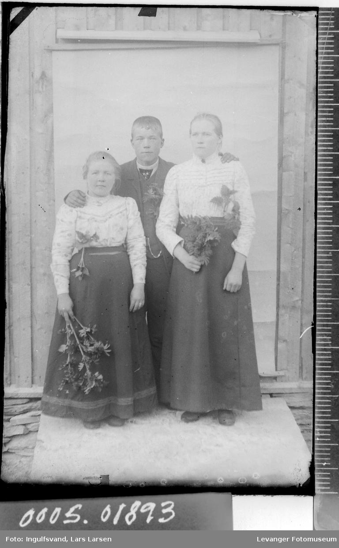 Portrett av tre ungdommer i helfigur.