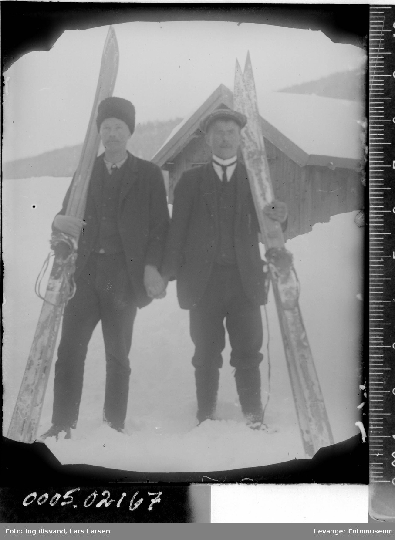 Portrett av to menn med ski.
