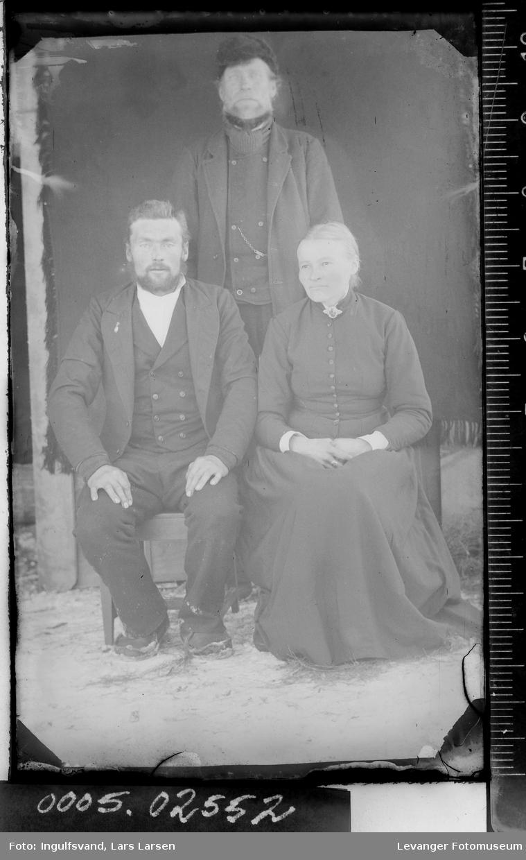 Gruppebilde av to menn og en kvinne.