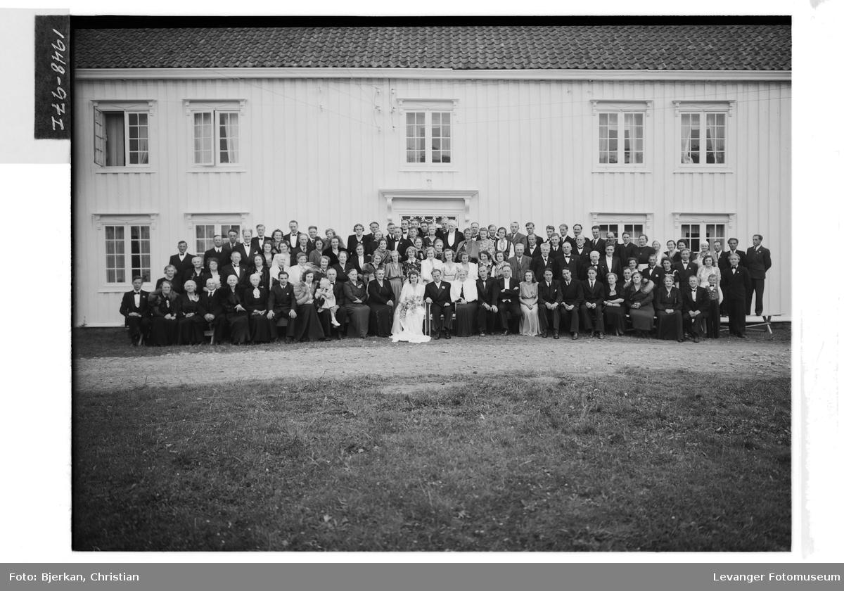 Brudepar med gjester på Krogstad Gård, Nesset