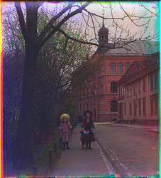 Tre barn går langs en gate i Trondheim. Bakenfor var Trondhe