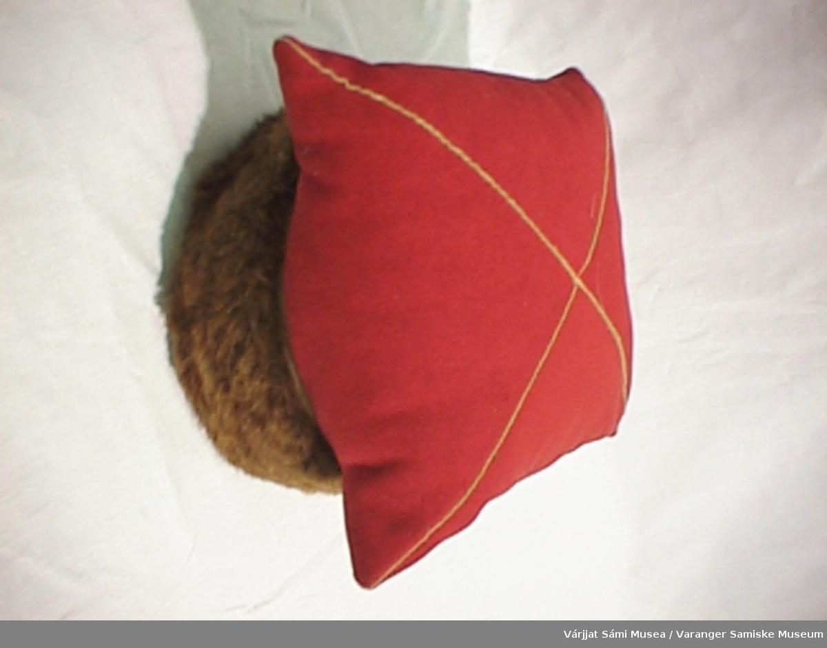 Rød mannslue til vinterbruk. Sydd av rødt klede med gul dekor, pelskant av oterskinn, fylt med dun.