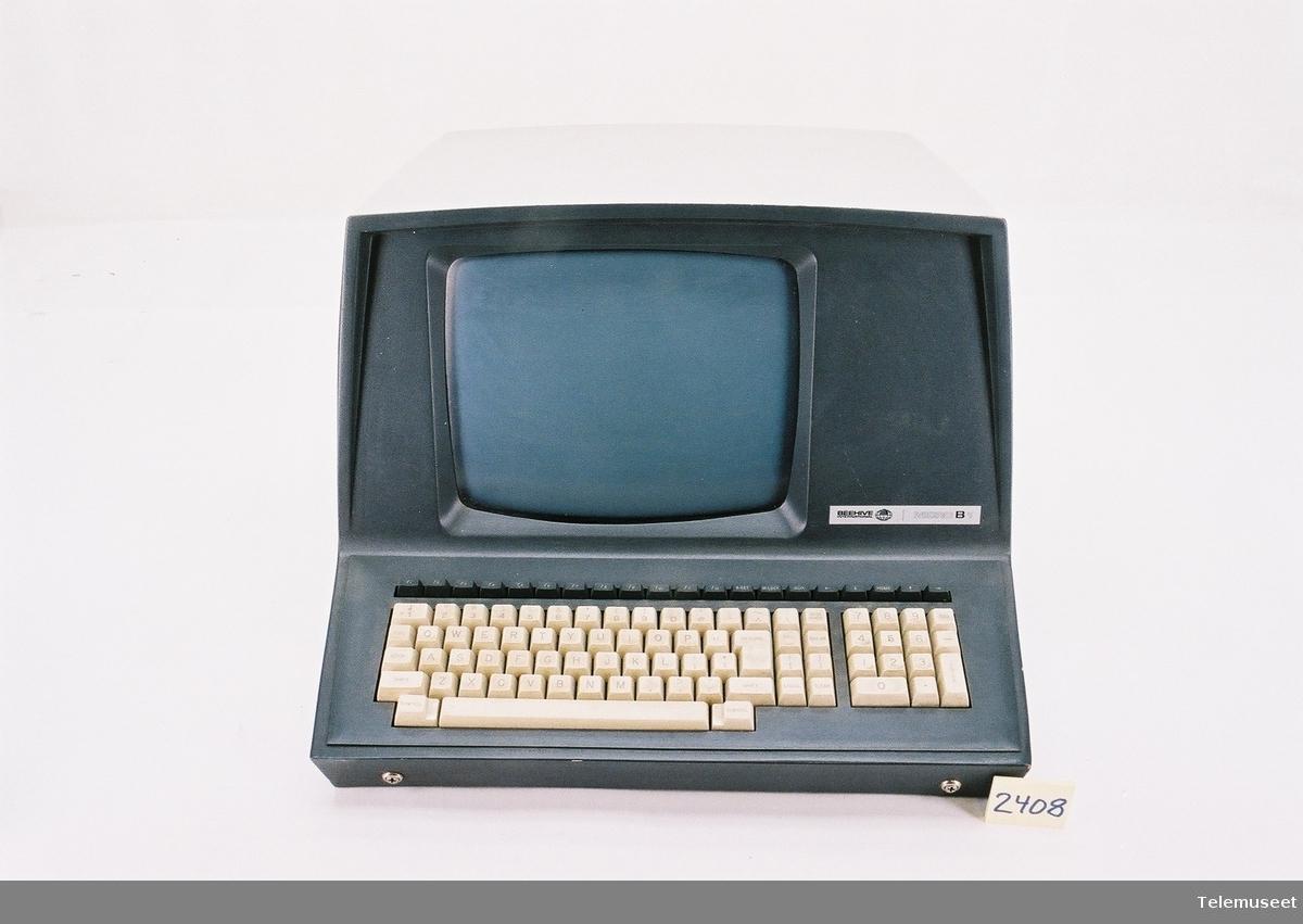 Komplett sett: Skjerm m/tastatur. Diskett-kraftforsyning, 2 esker med disketter.  PC er sannsynligvis en av de første i Stavanger