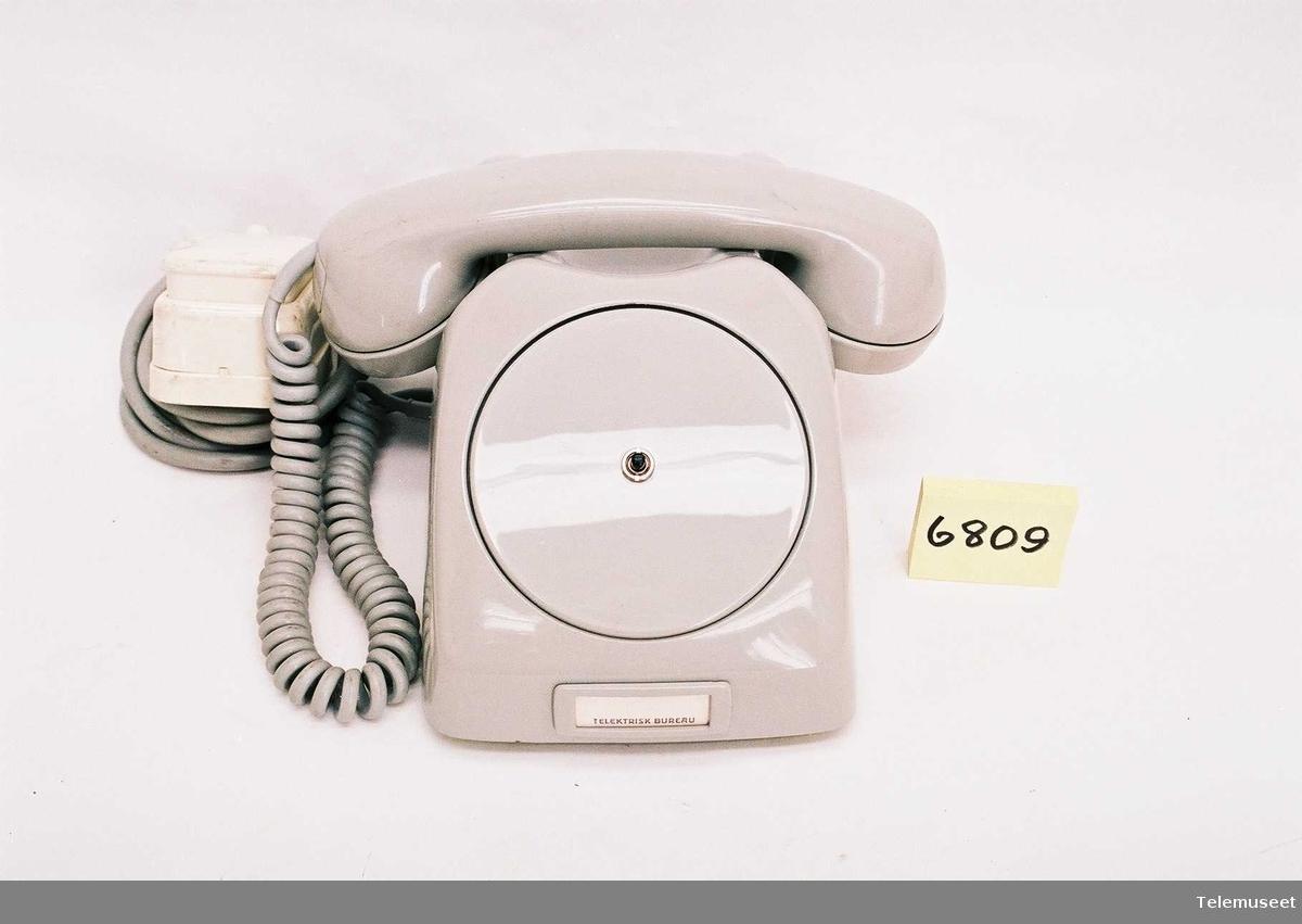 telefonen har en trykknapp der skiven skal være, den har også en 6 polet støpsel