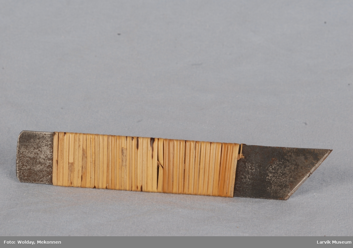 Form: rektangulært stålstykke, en tverrende skråkuttet
