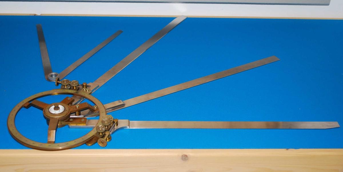 Stedsbestemmeren ble brukt for å finne posisjon på sjøen. To vinkler mot kjente objekter på land ble målt med sekstant. Stedsbestemmeren overførte vinklene fra sekstanten til det hydrografiske råkartet.